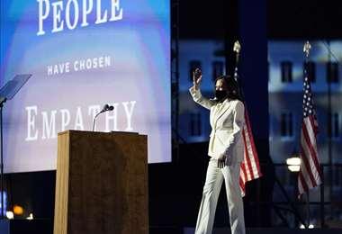 Kamala Harris luce un traje de Carolina Herrera en su primer acto como vice electa