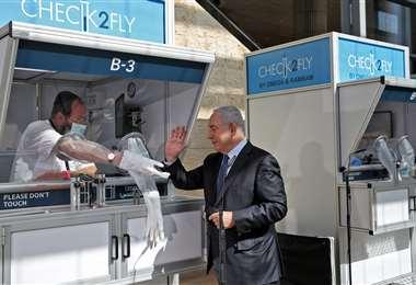 El primer ministro junto a una de las cabinas. Foto AFP