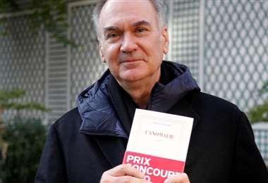 Le Tellier posa en el jardín de la editora Gallimard después de recibir el premio
