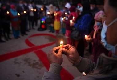 Voluntarios encienden velas en un evento de sensibilización en Nepal /Foto: AFP