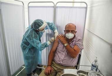 Ensayan vacuna Sinopharm en Perú/Foto: AFP