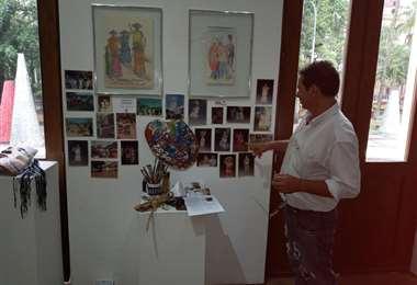 Arza muestra algunos de sus trabajos que está exponiendo