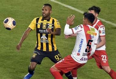 Barbosa en una jugada durante el partido de la polémica. Foto: APG