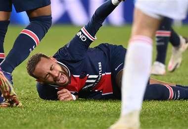 Neymar salió lesionado del partido contra el Lyon. Foto: AFP