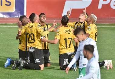 La celebración de los jugadores del Tigre, que derrotan a Oriente en La Paz. Foto. APG