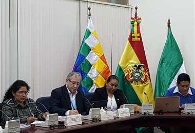 Zelaya, centro, presentó un informe oral sobre la situación de Yacimientos