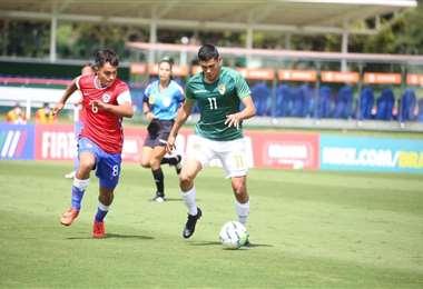 Cuéllar se lleva la pelota ante la marca de un jugador de Chile. Foto: FBF