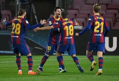 Messi celebra el gol de Jordi Alba con sus compañeros. Foto: AFP