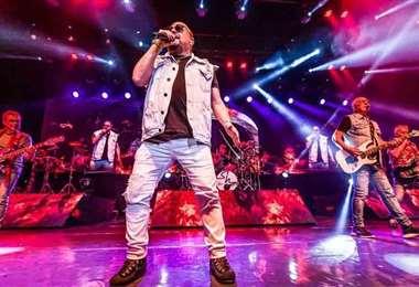 Paulinho en una de sus actuaciones con Roupa Nova