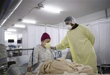 En Reno, Nevada (EEUU) un médico atiende a un paciente con Covid-19/ Foto: AFP