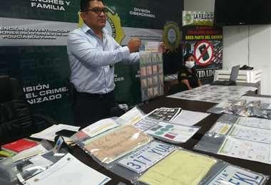 La Policía muestra los documentos decomisados