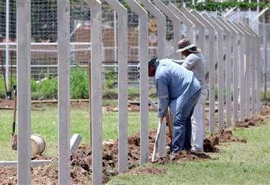Suárez inició la construcción de la barda. Foto: Juan C. Torrejón