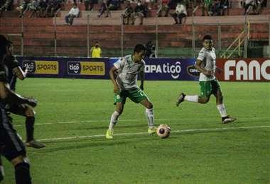 Kevin Salvatierra con el balón. Ante Real Santa Cruz destacó. Foto: Daniel Siles