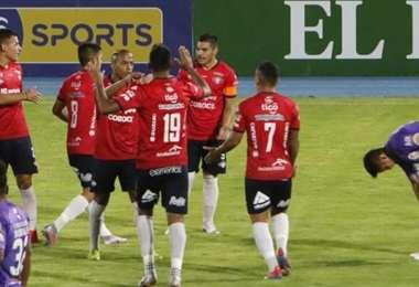 El festejo de los jugadores aviadores tras el gol de Álvarez. Foto: APG