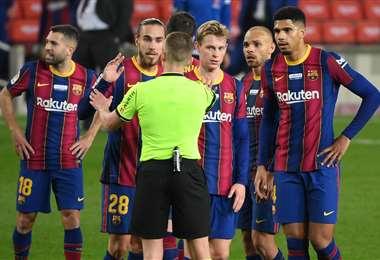 El reclamo de los jugadores de Barcelona al árbitro del partido. Foto: AFP