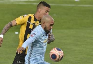 Riquelme intenta quedarse con la pelota ante un defensor del Tigre. Foto: APG