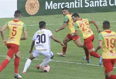 Fernando Rodríguez se lleva la pelota ante jugadores de Municipal Vinto. Foto: APG