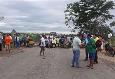 Bloqueo en Yapacaní reclama refacción de la vía