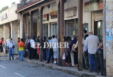 Largas filas y aglomeraciones, una faceta común en los bancos. Foto: Juan C. Torrejón
