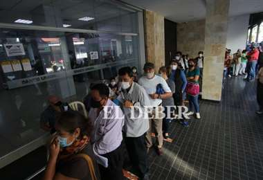 La gente madrugó para poder ser atendida en los bancos. Foto: Juan Carlos Torrejón