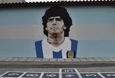 Mural de Maradona pintado en una escuela de Tesalónica. Foto: AFP