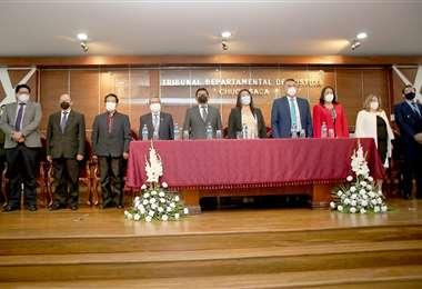 Acto de entrega de títulos de jueces en el Tribunal Departamental de Justicia
