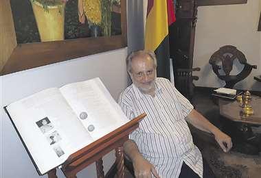 Alberto Asbún junto al libro La inmigración árabe y su descendencia en Bolivia