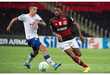 Ramírez persigue a Gerson durante el partido entre Flamengo y Bahia. Foto: internet
