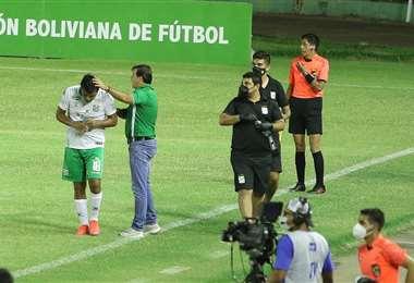 Erwin Sánchez felicita a Castillo por sus goles. Foto: JC Torrejón