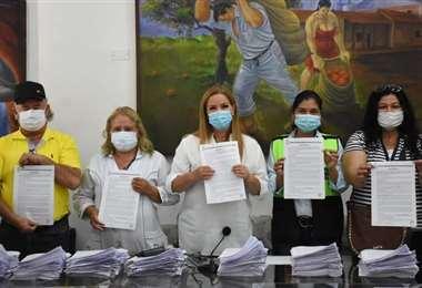 Sosa (tercera de izq. a der.) anunció hoy que renovarán contratos del personal de salud