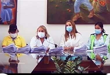 Angélicas Sosa junto a médicos y dirigente de trabajadores de salud