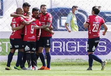 Celebran los jugadores de Wilstermann el triunfo sobre San José. Foto: APG