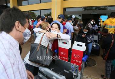 Familias se reencuentran en el aeropuerto Viru Viru. Foto Jorge Ibañez