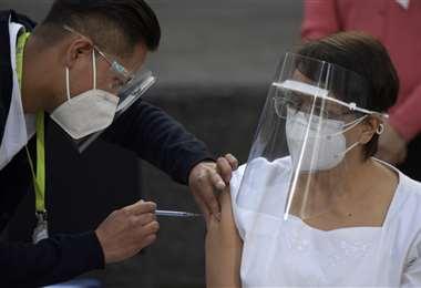 La enfermera María Irene Ramírez recibió la dosis. Foto AFP