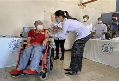 Elizabeth Castillo, primera persna vacunada en Costa Rica