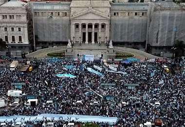 Un Senado polarizado decide si legaliza el aborto en Argentina