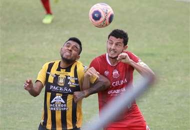 Barbosa y Hurtado en el duelo por la pelota. Foto: APG