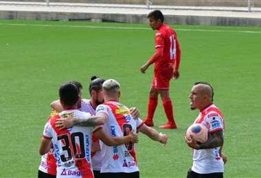 Los jugadores de Always Ready celebrando la victoria parcial. Foto: APG Noticias