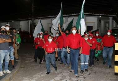 Militantes se agomeran ante el TSE. Fotos Juan Carlos Torrejón