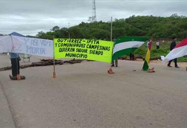 Vecinos instalaron puntos de bloqueo sobre la carretera