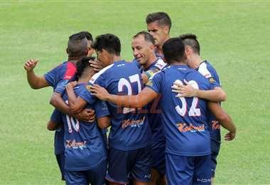 Los jugadores de Royal Pari celebrando la victoria. Foto: Juan C. Torrejón