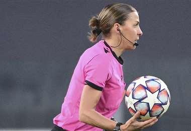 Stéphanie Frappart durante el partido Juventus-Dynamo de Kiev. Foto: AFP
