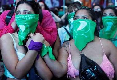 Argentina apruea el aborto y Bolivia debate en redes