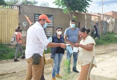 Candidato a la Alcaldía de Tarija regala barbijos