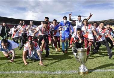 Los jugadores de Always Ready celebrando la copa. Foto: APG Noticias