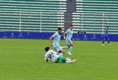 Hernán Rodríguez intenta superar a Alexis Ribera. Foto:APG