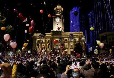 Miles de personas festejan en la calle en Wuhan la llegada de 2021