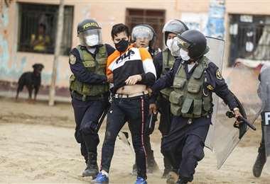 En Perú, la Policía detiene a un agricultor en la protesta/Foto: AFP