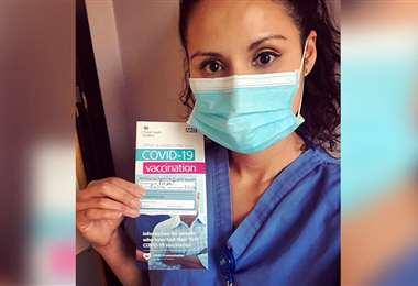 La médico cruceña Marilia Cuéllar recibió la vacuna en Inglaterra