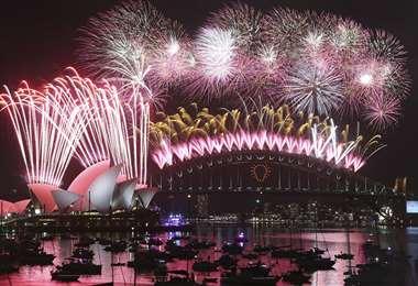 Puerto de Sidney con el edificio de la Ópera de fondo, le dan la bienvenida al Año Nuevo